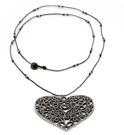 COLLANA CUORE ARABESQUE collana realizzata in cotone cerato con mini sfere e ciondolo cuore arabesque, bagnata in argento Materiale: cotone cerato, metallo bagnato in argento. nickel tested