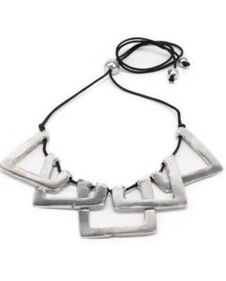 collana regolabile con elementi geometrici, realizzata in alluminio 100% riciclato.. nickel tested. bigiotteria Pois Nero Ladispoli