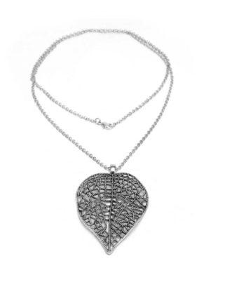collana catena lunga realizzata in metallo bagnata in argento con ciondolo foglia
