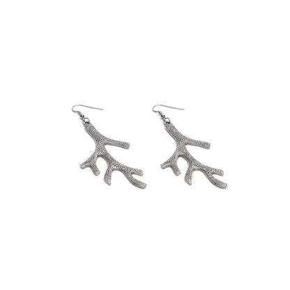 orecchini con pendente corallo. Bigiotteria placcata in argento con ganci ipoallergenici.