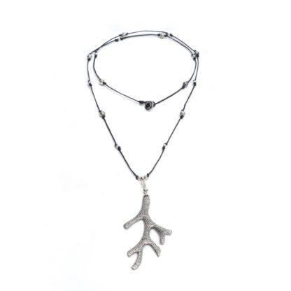 Collana con pendente corallo inciso. Bigiotteria placcata in argento.