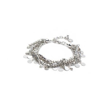 Bracciale multifilo con chiusura regolabile moschettone. Caratterizzato da elementi cubici e ciondoli monetine. Bigiotteria placcata in argento, nickel tested.