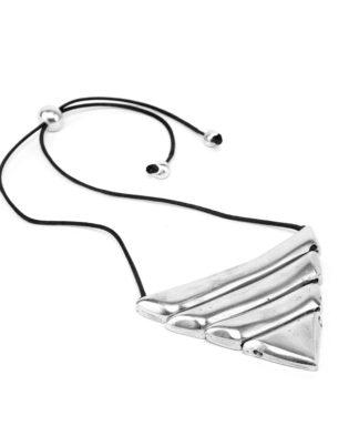 Collana 1 triangolo e 3 barrette by Vestopazzo. Alluminio riciclato. Nichel tested, in vendita da Pois Nero Ladispoli o su www.poisnero.it