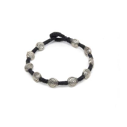BRACCIALE 1 GIRO SPIRALE bracciale un giro realizzato in cotone cerato con elementi spirale bagnato in argento Materiale: cotone cerato, metallo bagnato in argento. nickel tested