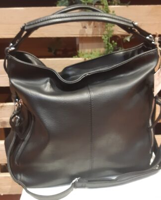 Borsa color cuoio, leggera, capiente, pratica e molto rifinita.