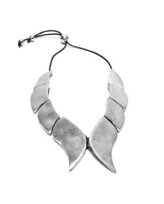 Collana realizzata 100% in alluminio riciclato. Anallergica e inossidabile, lavorata a mano. Ogni imperfezione di questo bijoux ne garantisce la sua unicità