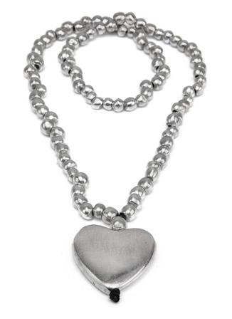 Bellissima collana lunga con sfere e cuore centrale. In alluminio riciclato, no nickel, anallergica.