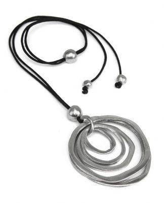Collana filo con pendente cerchi irregolari. Chiusura regolabile. Realizzata a mano in alluminio 100% riciclato.